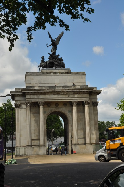 We found the Wellington Arch during our long walk around the whole Buckingham Palace.